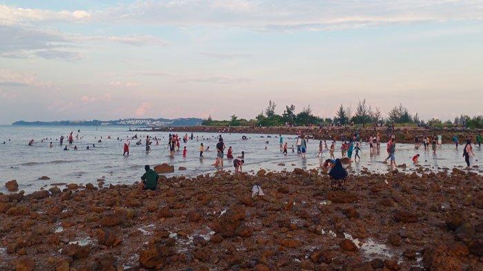 GRATIS Masuk, Pantai Tanjung Buntung Batam Ramai Pengunjung, Tanpa Masker dan Prokes