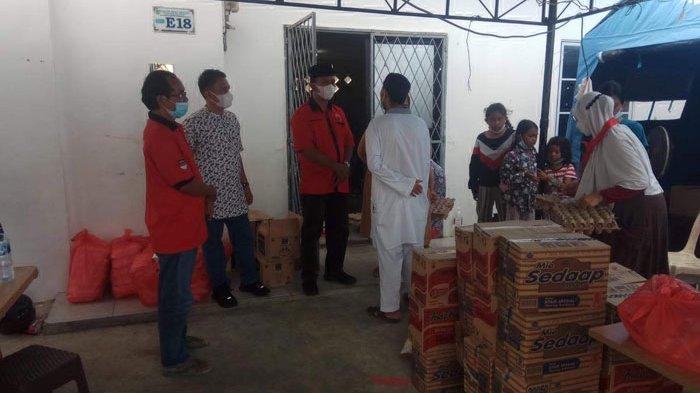Anggota DPRD Batam Bagikan 50 Paket Sembako untuk Korban Kebakaran di Baloi