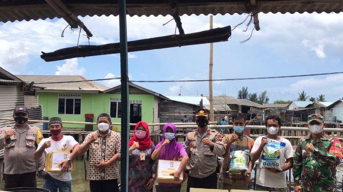 Tim Vaksinasi Puskesmas Belakang Padang Batam Datangi Rumah Warga Pulau Terpencil