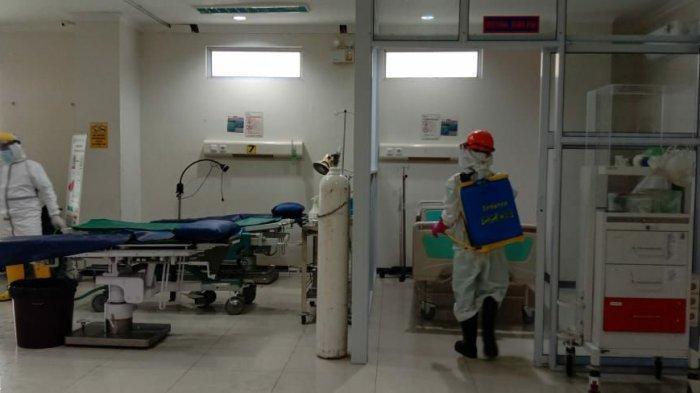 LAYANAN IGD DITUTUP - Petugas menyemprotkan disinfektan di IGD RSBT Karimun. Pihak RSBT Karimun menutup sementara layanan IGD-nya menyusul ada tenaga medis yang terpapar Corona