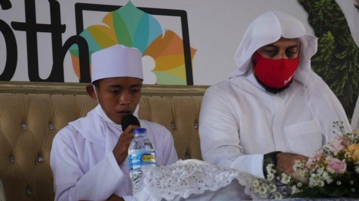 Akbar saat mengaji di samping Syekh Ali Jaber. Akbar tak menyangka bisa bertatap langsung dengan Syekh Ali Jaber, apalagi sampai dipeluk dan dicium