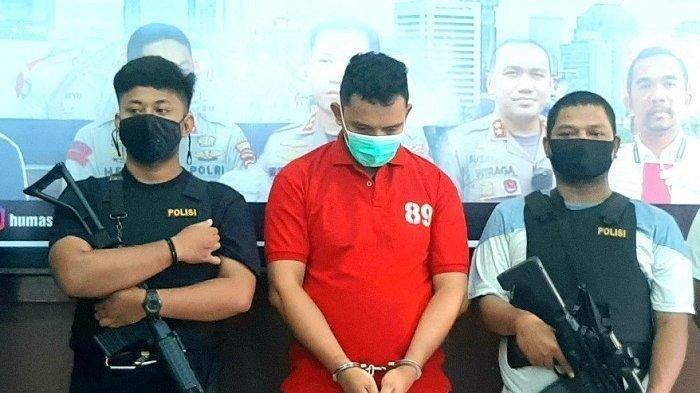 Tersangka begal Marinir, RA (tengah), berhasil diamankan Polres Metro Jakarta Pusat, Rabu (11/11/2020) sore. Ia mengaku takut ditembak