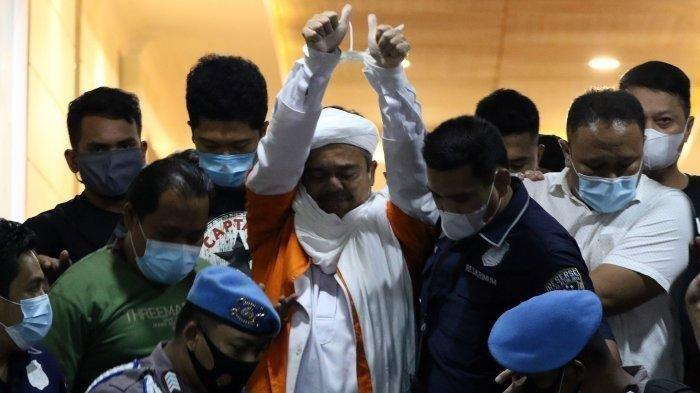 Tangan Rizieq Shihab Terikat Digiring Polisi ke Mobil Tahanan, Sebut Tak Pergi Kemana-mana