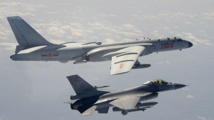 Dalam foto ini diambil 10 Februari 2020, dan dirilis oleh Republik Pertahanan Tiongkok (ROC) Kementerian Pertahanan Nasional, Angkatan Udara Taiwan F-16 di latar depan terbang di atas sayap Angkatan Udara Tentara Pembebasan Rakyat Tiongkok (PLAAF) H -6 pembom saat lewat dekat Taiwan