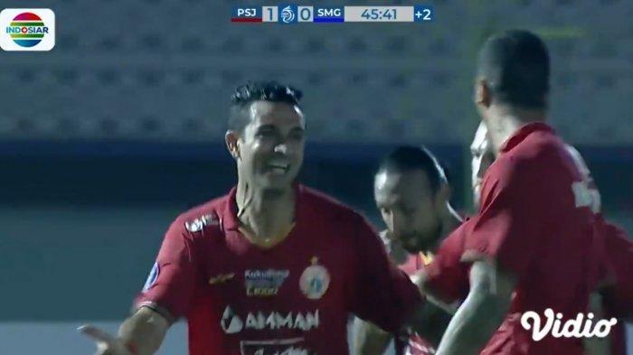 Otavia Duta, gelandang Persija Jakarta usai memasukan gol pertamanya