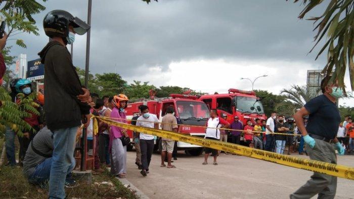 Pascamobil terbakar di SPBU, polisi memasang garis polisi di lokasi SPBU Merapi Subur di Tembesi, Sagulung, Batam, Sabtu (13/2/2021)