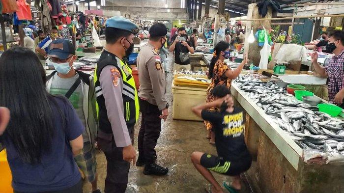 Warga yang tidak mentaati Prokes Covid-19 di Pasar Bestari Bintan Centre diberi sanksi push up dan membersihkan fasilitas umum