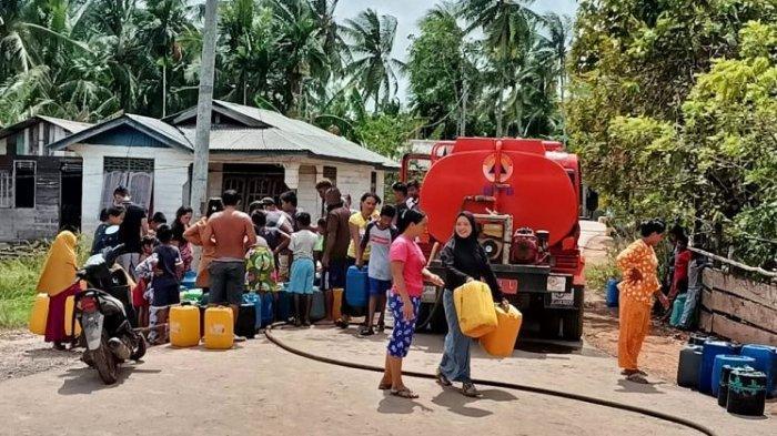 Pipa Air Pecah saat Kebakaran Hutan, BPBD Lingga Salurkan Air Bersih ke Desa Limbung