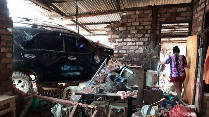 Sebuah mobil Toyota Fortuner BP 1459 YT menabrak sebuah rumah di pinggir Jalan Adi Sucipto KM 12 Tanjungpinang arah Kijang, Sabtu, (13/03/2021) (Ist)
