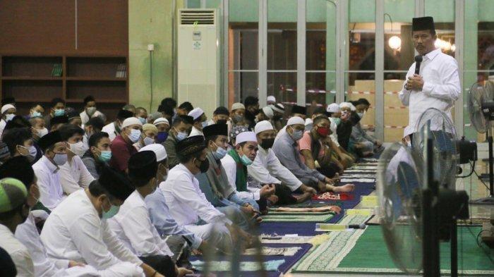 RAMADHAN 2021 - Malam Pertama Tarawih, Walikota Batam HM Rudi Salat di Masjid Agung Batam