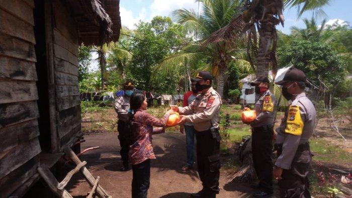 Personel Polsek Kundur Utara Karimun Patungan Beli Sembako, Bantu Warga Terdampak Covid-19