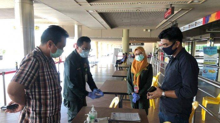 Dua orang pria yang diyakini sebagai Tim Intelijen Saber Pungli Provinsi Kepri, mendatangi dua petugas medis Klinik Medilab di Pelataran Lobi Bandara Hang Nadim Internasional Batam, Kepri Selasa (12/5/2020) sore.