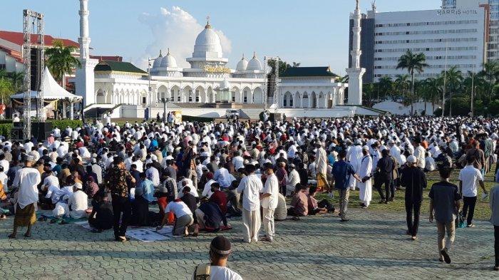 SALAT ID - Umat Islam menunaikan Salat Idulfitri 1442 Hijriah di Dataran Engku Putri Batam Center, Kota Batam, Provinsi Kepulauan Riau, Kamis (13/5/2021) pagi