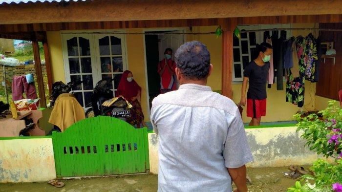 KUNJUNGI PASIEN - Camat Singkep Barat bersama petugas kesehatan setempat mengunjungi rumah pasien yang terpapar Covid-19 di Kecamatan Singkep Barat, Kabupaten Lingga, Provinsi Kepulauan Riau (Kepri), Kamis (13/5/2021) siang.
