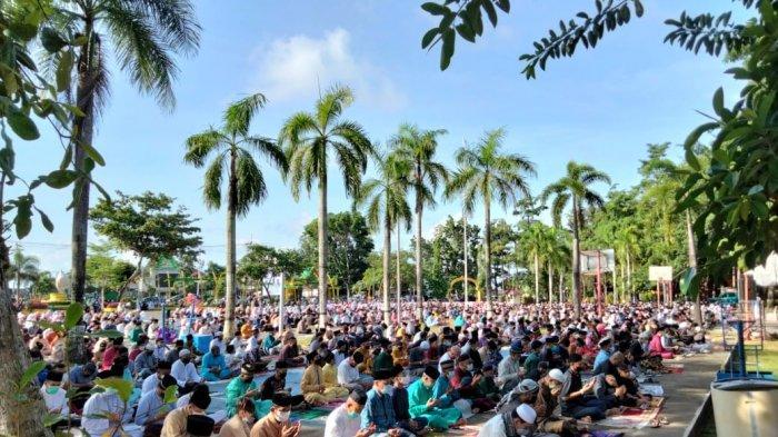 SALAT ID - Ratusan warga Kota Tanjungpinang memadati Lapangan Pamedan, Jalan Ahmad Yani untuk menunaikan Salat Idul Fitri 1442 Hijriah, Kamis (13/5/2021) pagi.