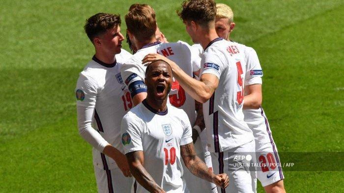Pemain depan Inggris Raheem Sterling (depan) merayakan dengan rekan satu timnya setelah mencetak gol pertama tim selama pertandingan sepak bola Grup D UEFA EURO 2020 antara Inggris dan Kroasia di Stadion Wembley di London pada 13 Juni 2021.