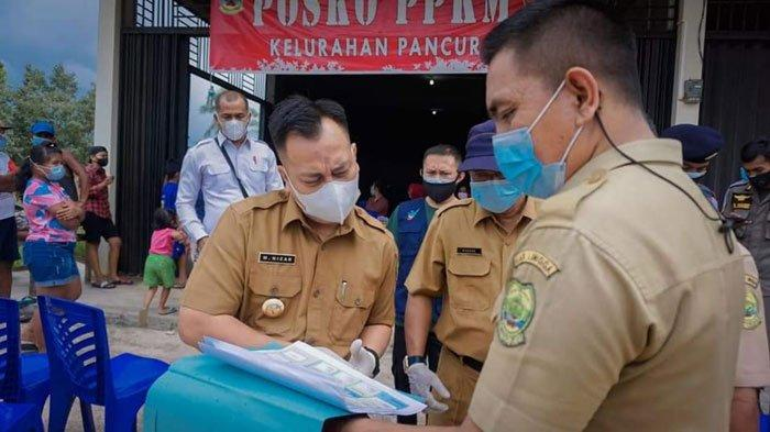 Bupati Lingga, Muhammad Nizar mengunjungi Posko PPKM di Kelurahan Pancur, Kecamatan Lingga Utara, Kabupaten Lingga, Senin (12/7/2021)