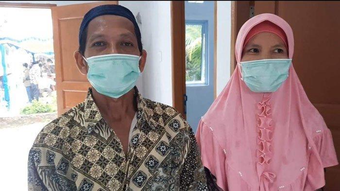 Keluarga penerima bantuan bedah rumah PT Angkasa Pura II (Persero) Bandara Raja Haji Fisabilillah (RHF) Tanjungpinang, Ahmad Ridwan dan istri