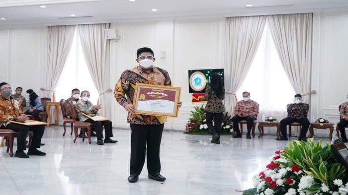 Plt Bupati Bintan, Roby Kurniawan saat menerima penghargaan Bidang Pertanian atau Abdi Bakti Tani Tahun 2021 di Istana Wakil Presiden Jakarta, Senin (13/9/2021)