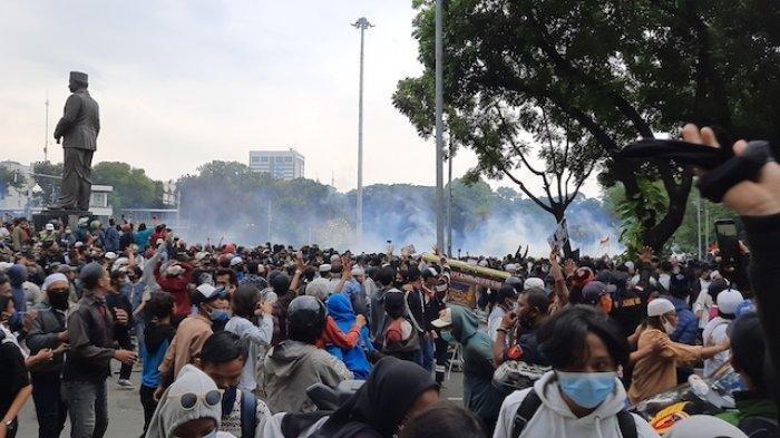 BENTROK - Bentrokan antara massa aksi menolak UU Cipta Kerja dan kepolisian pecah di kawasan Patung Kuda, Jakarta Pusat, Selasa (13/10/2020).
