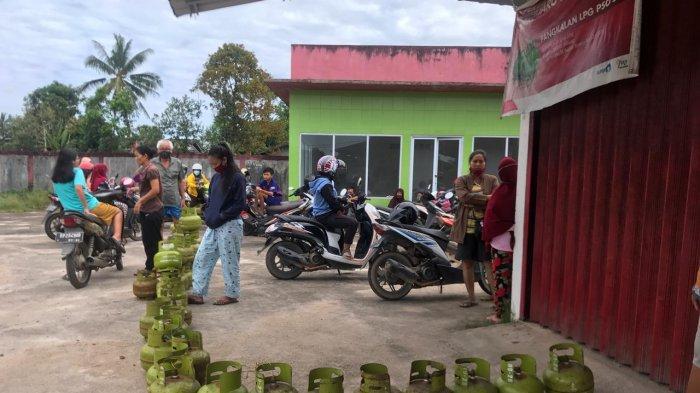 BELI GAS - Warga mengantre beli gas elpiji 3 kg di SPBU Km16 Toapaya Selatan Bintan, Selasa (13/10/2020) pagi