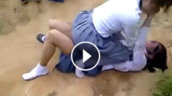 Ilustrasi: Adegan perkelahian dua gadis berseragam SMA yang diduga terjadi di Wajo, Sulawesi Selatan