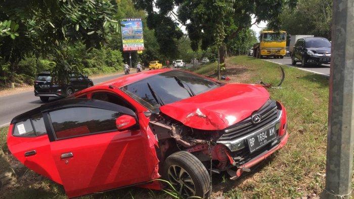 KECELAKAAN DI BATAM - Mobil Ayla Hantam Pohon di Jalan Gadjah Mada Sekupang