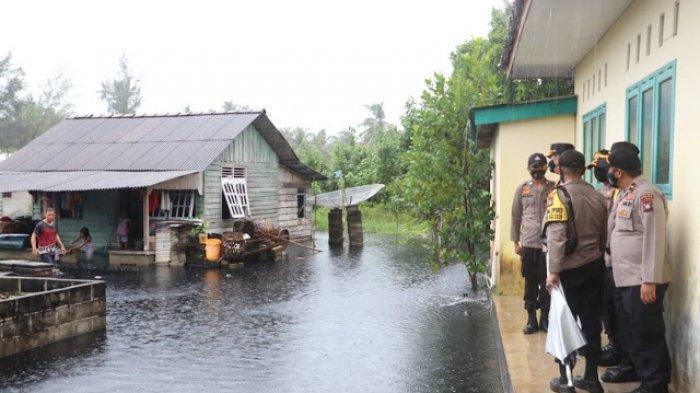 Banjir Rob di Lingga, Puluhan Warga Desa Batu Berdaun Mengungsi ke Kantor Desa