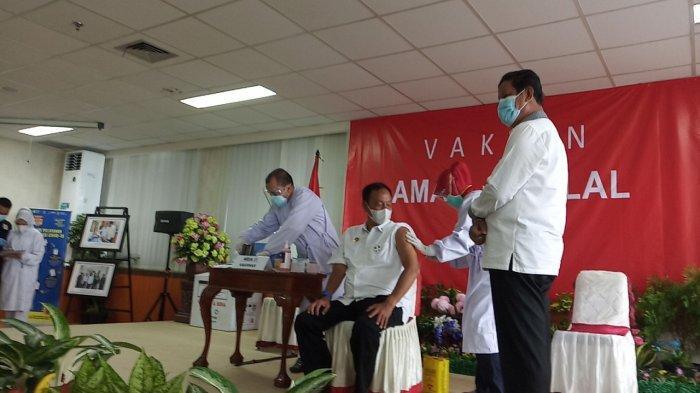 Kepala Badan Intelijen Negara Daerah (Kabinda) Provinsi Kepulauan Riau (Kepri), Brigjen Pol R C Gumay saat disuntik vaksin Corona, Kamis (14/1/2021).