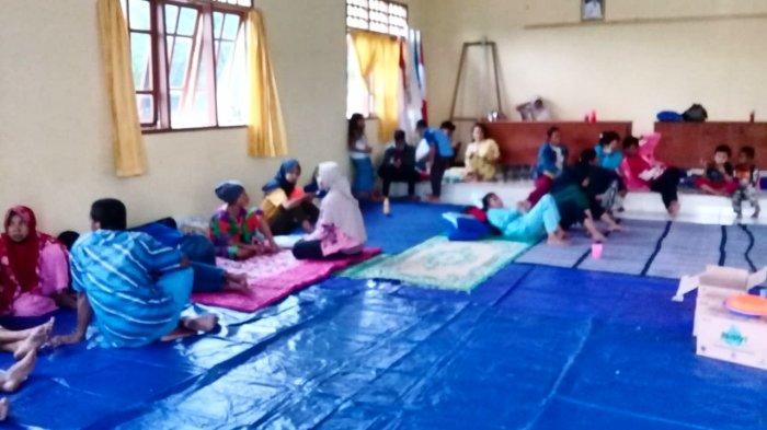Warga Kampung Boyan dan Kampung Baru mengungsi ke Kantor Desa Batu Berdaun, Kecamatan Singkep, Kabupaten Lingga, pascarumahnya terendam banjir rob sejak Rabu (13/1/2021)