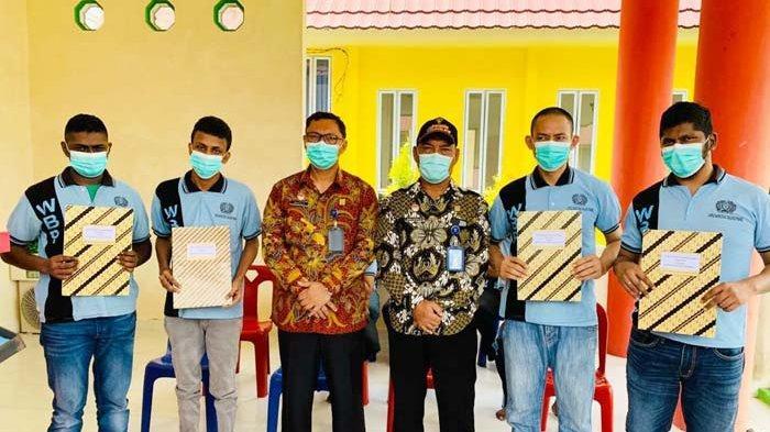 TERIMA REMISI - Empat narapidana menerima remisi di perayaan Hari Raya Nyepi, Lapas Narkotika Kelas IIA Tanjungpinang, Minggu (14/3/2021)