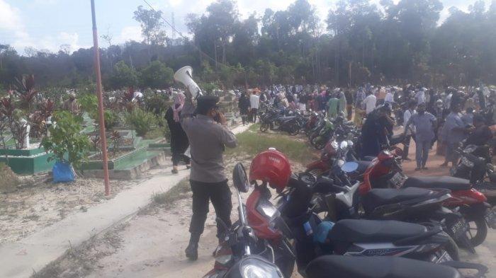 ZIARAH MAKAM - Warga Kota Batam mengunjungi TPU Sei Temiang untuk melakukan ziarah makam, Jumat (14/5/2021) sore.