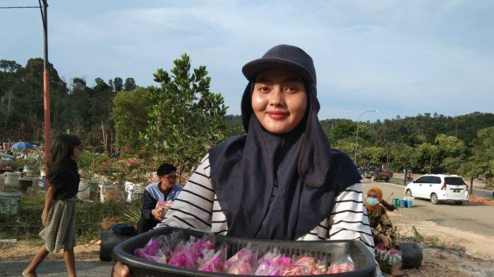 ANISA Siregar, Penjual Bunga di TPU Sei Temiang Batam, Raup Jutaan Rupiah dari Ziarah Makam