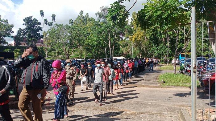 Senin (14/6/2021) antrean warga sudah memanjang dari pintu masuk hingga melintasi parkiran motor dan mobil di Temenggung Abdul Jamal untuk mengikuti vaksin.