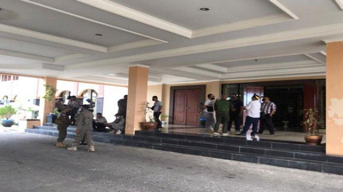 Potret warga Desa Sebong Lagoi saat mendatangi Kantor DPRD Bintan, Senin (14/6/2021)