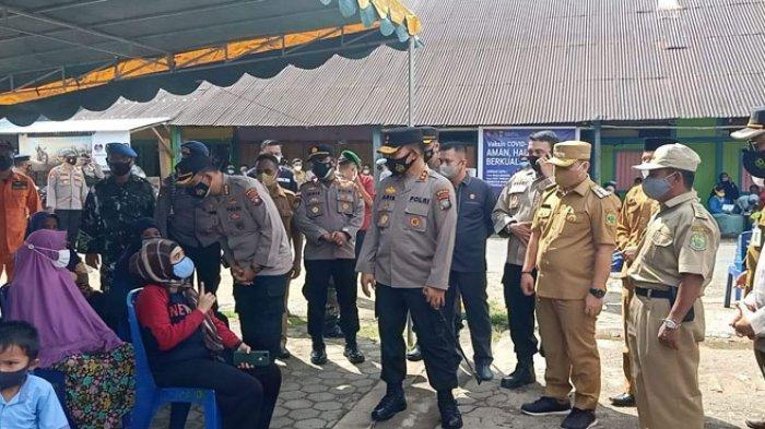 Bupati Lingga, Muhammad Nizar mendampingi Kepala Kepolisian Daerah (Kapolda) Kepri, Irjen Pol Aris Budiman mengunjungi Kecamatan Selayar, Kabupaten Lingga, Senin (14/6/2021).