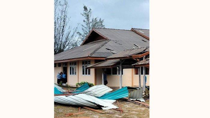 Kantor RRI Ranai Natuna Rusak Akibat Dihantam Angin Kencang disertai Hujan