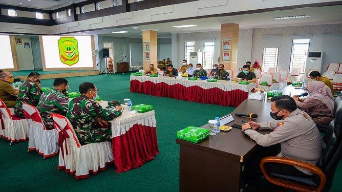 Pemko Tanjungpinang menggelar Rapat Evaluasi penerapan PPKM Darurat bersama jajaran Forkopimda di Aula Sultan Sulaiman Badrul Alamsyah, Kantor Wali Kota, Selasa (13/7/2021)