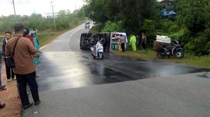 KECELAKAAN - Foto mobil box yang mengalami kecelakaan tunggal di jalan Lintas Barat, Kabupaten Bintan, Sabtu (14/11/2020) sore