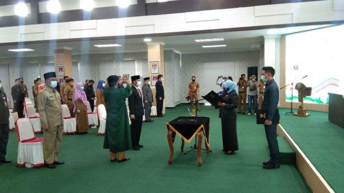 Wali Kota Tanjungpinang Rahma melantik dan mengangkat sumpah jabatan Surjadi sebagai Kepala Bappelitbang Tanjungpinang dan sekaligus menyerahkan SK penugasan kepada Plt di tiga Dinas Pemko Tanjungpinang, Senin (15/2/2021)