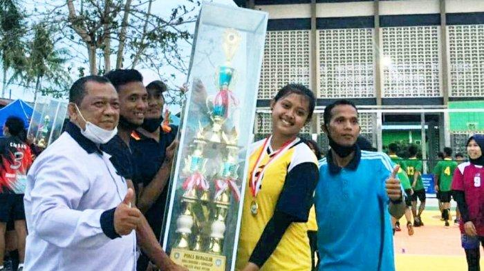 Tim Putri SMAN 2 Singkep meraih juara pertama dalam POAS kedua cabang bola volly di halaman SMA Negeri 1 Singkep, Minggu (14/3/2021)
