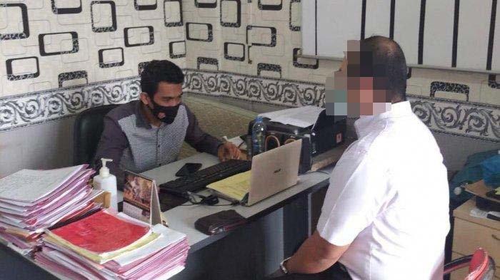 Dokter berinisial DD saat diperiksa di Polsek Batam Kota