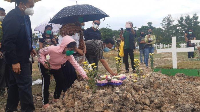 SUASANA MAKAM BIRGALDO SINAGA - Suasana pilu ketika istri dan putri Birgaldo Sinaga meratap dan menabur bunga di atas pusara almarhum, Sabtu (15/5/2021) sore.
