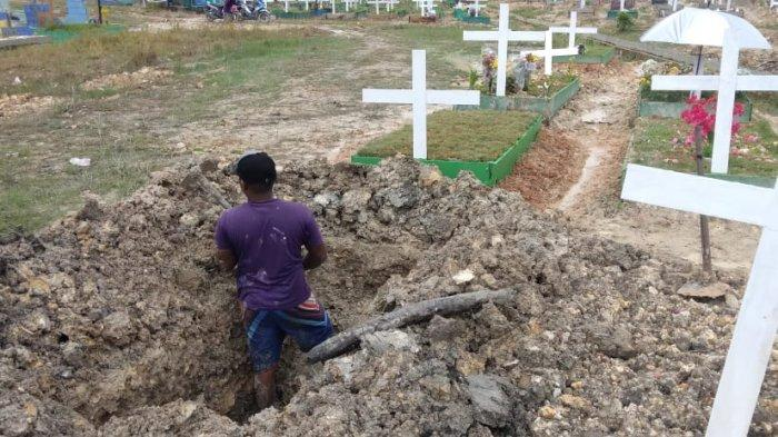 MAKAM BRIGALDO SINAGA - Seorang penggali kubur sedang menggali liang lahat Brigaldo M. Sinaga, Sabtu (15/5/2021) siang.