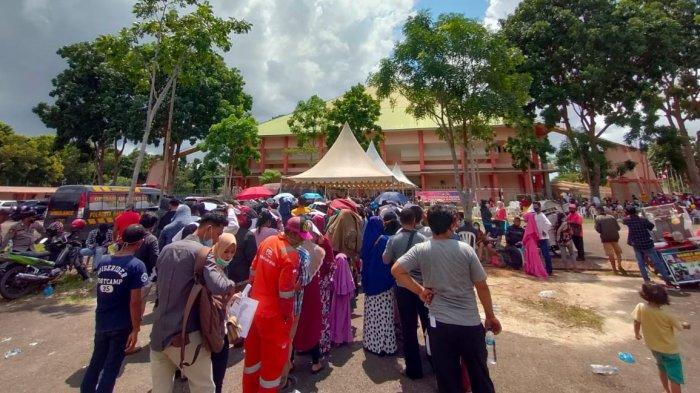Antrean Panjang,  Begini Suasana Vaksinasi Massal di Stadion Temenggung Abdul Jamal Batam