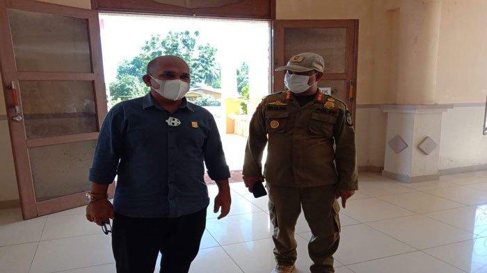 Ketua Komisi I DPRD Natuna, Wan Arismunandar bersama Kabid Penegak Perda Satpol PP, Irlizar tiba di Gedung Sri Serindit.