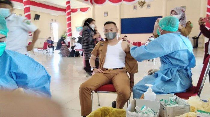 Kabag Prokopim Setda Kabupaten Natuna, Defrizal, saat menerima suntik vaksin di Gedung Sri Serindit, Jalan Yos Sudarso, Kecamatan Bunguran Timur, Kabupaten Natuna, Kepri, Selasa (15/6/2021)