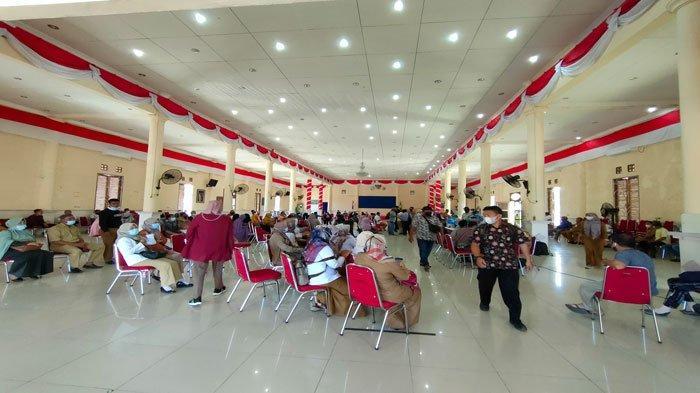 Warga Natuna Antusias Ikut Vaksinasi Massal di Gedung Sri Serindit