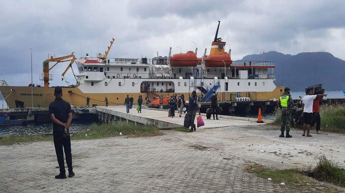 Kapal Perintis yang masuk ke Pelabuhan Natuna