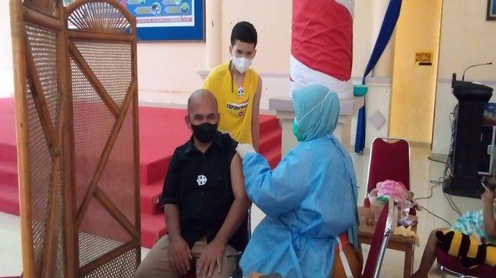 Wan Aris Disuntik Vaksin Covid-19 Dosis Kedua, Ajak Warga Natuna Tunda Bepergian